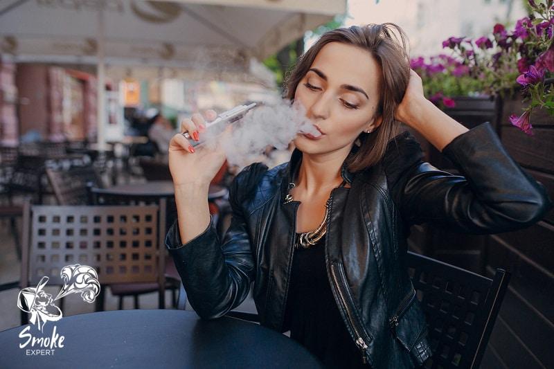 Девушка бросает курить с помощью электронных сигарет
